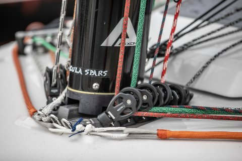 step the mast on racing boats